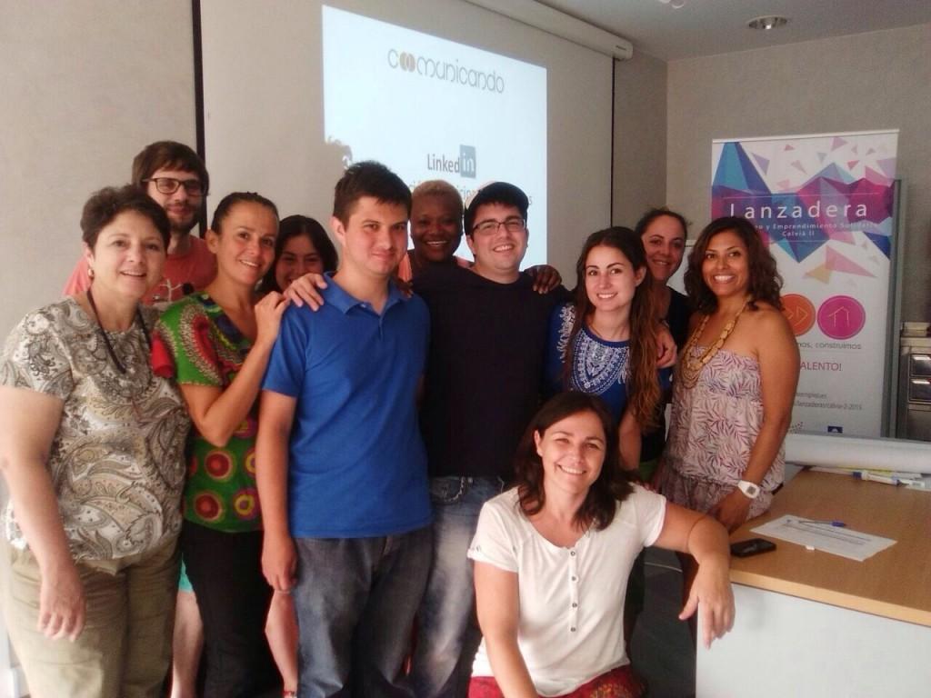 Foto de familia del grupo Lanzadera de Empleo y Emprendimiento Solidario Calviá con Inma Alcina (Coach) y Marta González (Coomunicando)